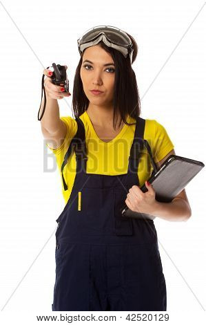 El trabajador con un transmisor-receptor portátil especifica la dirección