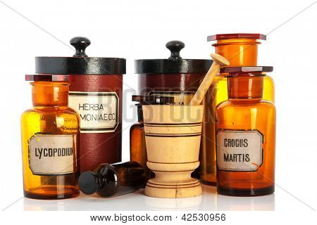 macetas de boticario con ingredientes para medicins aislado sobre fondo blanco
