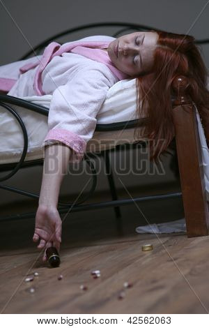 redhead woman in bed  overdose tablet