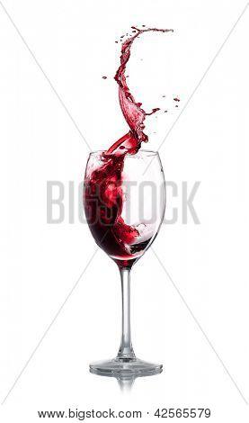 Respingo de vinho vermelho sobre fundo branco