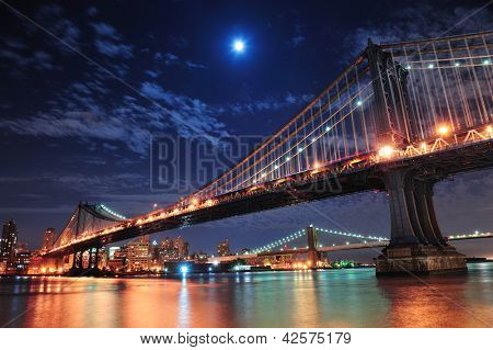 Brooklyn Bridge en Manhattan brug over de East River in de nacht met maan in New York City Manhattan w
