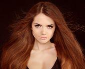 Постер, плакат: Красивая девушка с летающими белокурые волосы Коричневый длинные волосы