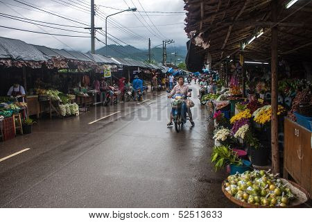 people on local market in Mae Hong Son