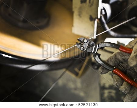 Wire cutter with selective focus