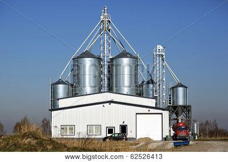 Storage of grain, in metal silos
