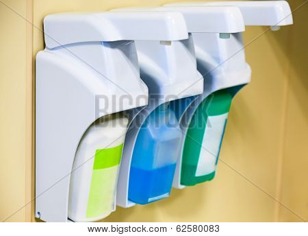 Equipment for skin cleaning and disinfection in the clinic
