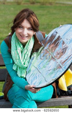 Brunette With Reflector Disc
