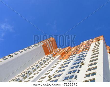 Bunte Orange-Neubau