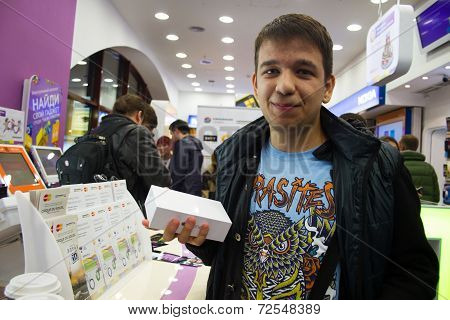 First Buyer Iphone6 In Russia