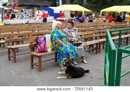 Mstyora,russia-august 16,2014: Elderly Women(woman)s Talk Sitting On Wooden Small Bench After Concer