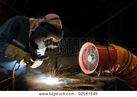 Welder is repair frame by shield metal arc welding