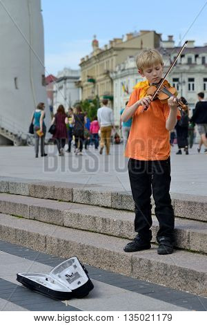 VILNIUS, LITHUANIA - MAY 17: Unidentified musician play violin in Street music day on May 17, 2014 in Vilnius. Its a most popular event on May in Vilnius, Lithuania