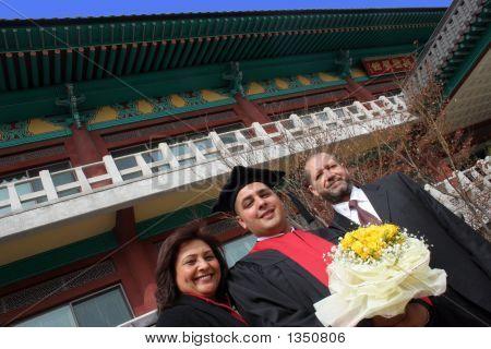 Graduado de la Universidad con sus padres