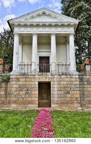 Woerlitzer Park: Flora Temple with garden in spring
