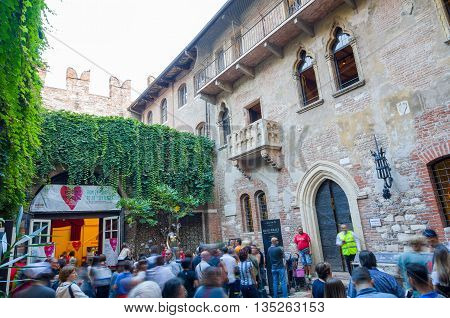 VERONA, ITALY - SEP 5, 2015: The crowd of tourists under the balcony of Juliet's house. Verona, Italy.