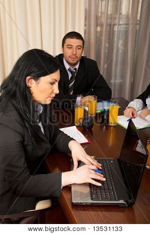 Business-Frau mit Laptop Tagung