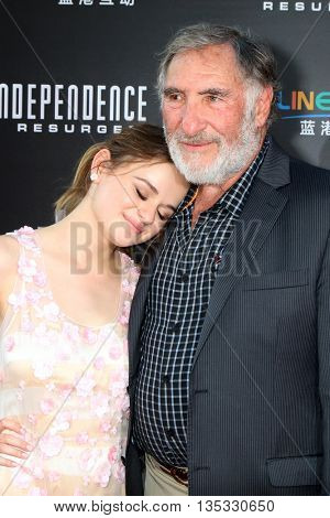 LOS ANGELES - JUN 20:  Joey King, Judd Hirsch at the Independence Day: Resurgence LA Premiere at the TCL Chinese Theater IMAX on June 20, 2016 in Los Angeles, CA