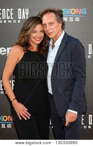 LOS ANGELES - JUN 20:  Kymberly Kalil, William Fichtner at the Independence Day: Resurgence LA Premiere at the TCL Chinese Theater IMAX on June 20, 2016 in Los Angeles, CA