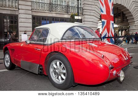 LONDON - NOVEMBER 3: A vintage Austin Healy sportscar is stood on public display along Regents Street during the annual London classic car show on November 3, 2012 in London.