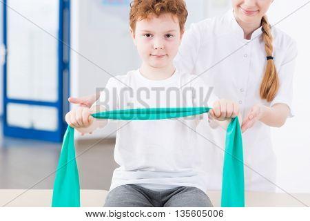 Read head boy pulls the rehabilitation tape