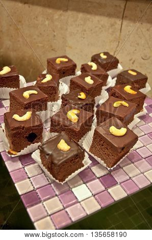 many of chocolate cake whit nut for eat