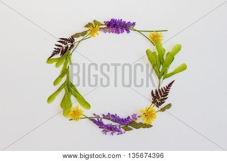 Summer frame with wild flowers. The wreath of wildflowers. Place for a replica. The top view.