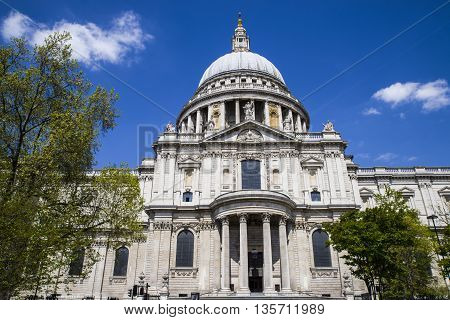 Looking up at the magnificent St. Pauls Cathedral in London.