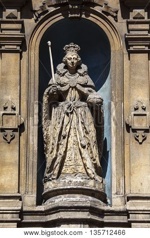 A statue of Queen Elizabeth I in the exterior wall of St. Dunstans in the West church in London. It is the oldest outdoor statue in the city.