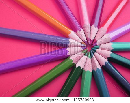 colored pencil placed in round shape