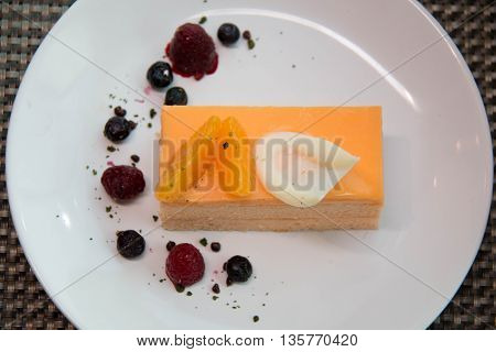 layer spong orang cake with mandarin oranges and berry