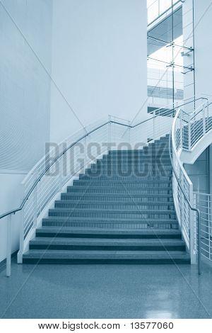 Ein Foto von der Treppe in einem High-Tech-Unternehmen