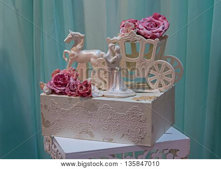 Decor in the form of kissing figures and carriages. Wedding celebration