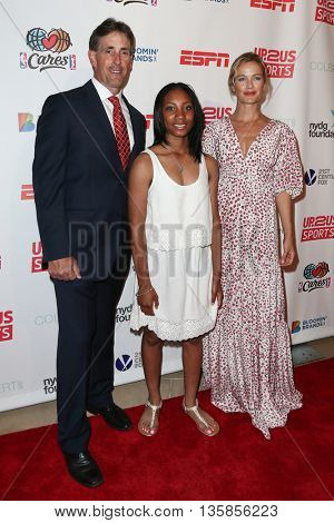 NEW YORK, NY-JUNE 3: (L-R) Anderson Monarchs coach Steve Bandura, pitcher Mo'ne Davis (L) and model Carolyn Murphy attends the 2015 Up2Us Sports Gala at IAC Building on June 3, 2015 in New York City.