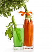 Постер, плакат: Сельдерей и морковь сок изолированные на белом фоне