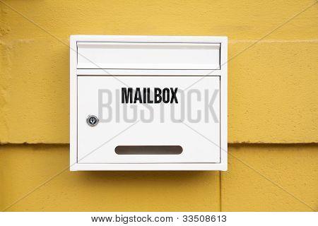 weiße Postfach an der Wand