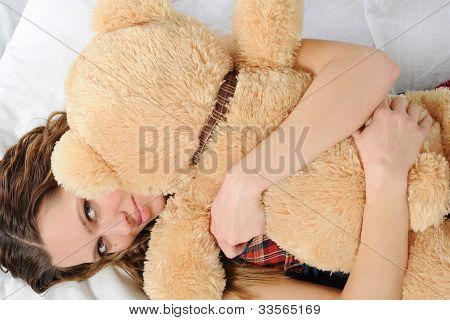 Junge Frau mit Teddybär