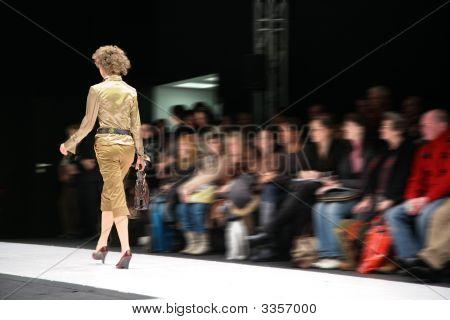 Fotomodell auf Podium von hinten
