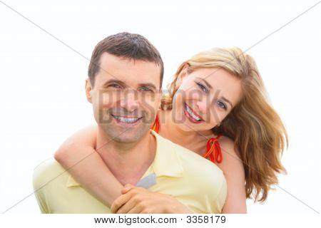 Junge Frau Umarmungen Mann hinter