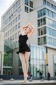 Постер, плакат: Балерина танцует на улице