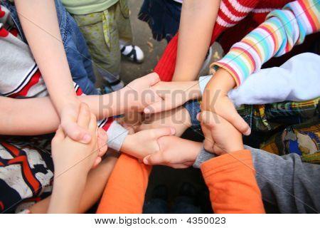 Kinder kreuzten Hände