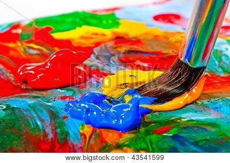 Escova de arte misturado a tinta na paleta