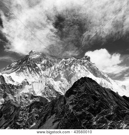 schwarzen und weißen Blick des Everest vom Gokyo Wolken ri mit