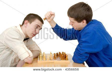 Los hombres juegan al ajedrez