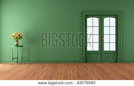 Salón verde vacío con puerta corredera