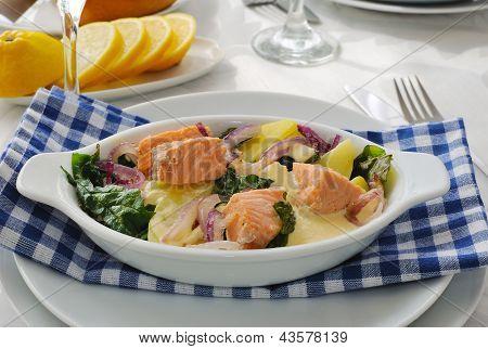 Salmão com batatas e molho de creme de espinafre