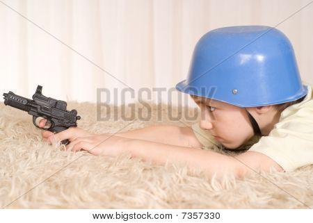 Boy liegen auf dem Teppich