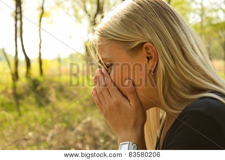 woman allergy sneeze