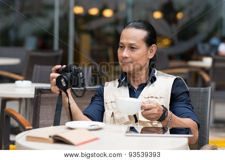 Photographer in a cafe