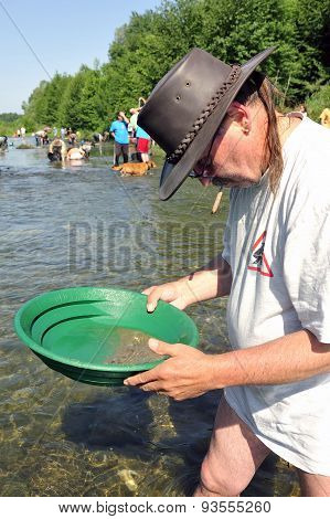 Gold Prospectors In Full Competition