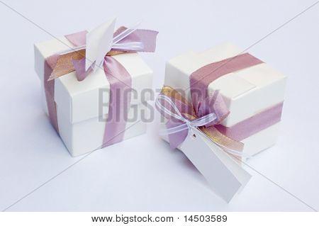 Lembrança de casamento branco com fita violeta para comemorar um dia muito especial